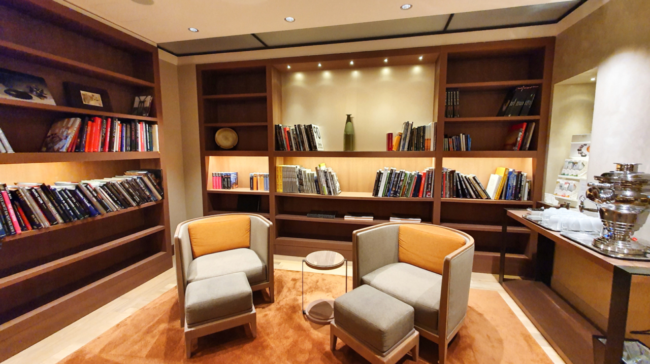 Seehotel Überfahrt relaxation room library